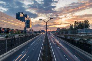 Eine PKW-Maut muss entrichtet werden um bestimmte Straßen, Autobahnen, Tunnel etc. befahren zu dürfen.