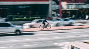 Insbesondere durch Falschparken in 2. Reihe werden Radfahrer gefährdet.